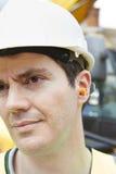 Enchufes de Wearing Protective Ear del trabajador de construcción Fotos de archivo