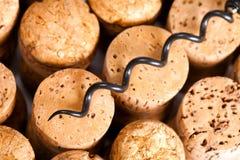 Enchufes para las botellas de vino del corcho natural. Aún-vida Imagen de archivo libre de regalías