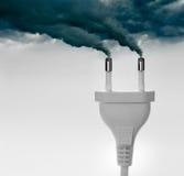 Enchufes que expulsan el humo - concepto de la contaminación Imágenes de archivo libres de regalías