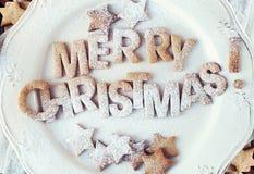 Enciéndase con los copos de nieve decorativos de madera blancos en viejo fondo del vintage, como la decoración de la Navidad Imagen de archivo