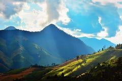 Enciéndase del sol salpicó abajo de la montaña Fotos de archivo libres de regalías