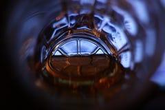 Enciéndase en el final de un túnel y de un x28; una parte inferior de una taza de cerveza con el beer& x29; imágenes de archivo libres de regalías
