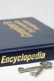 Enciclopédia e chave Fotos de Stock