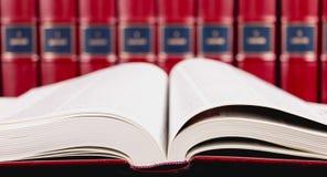Enciclopédias velhas no fundo preto foto de stock