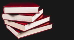 Enciclopédias velhas no fundo preto fotografia de stock