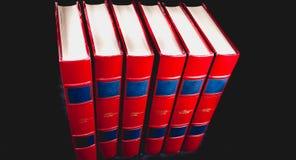 Enciclopédias velhas no fundo preto imagem de stock royalty free