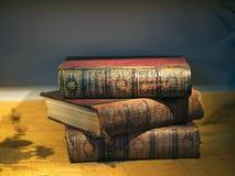Enciclopedia apilada vieja Britannica de los libros fotos de archivo