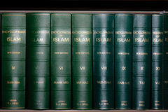 Enciclopedia de los libros del Islam en estante fotos de archivo