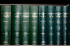 Enciclopedia dei libri di islam in scaffale per libri Fotografie Stock