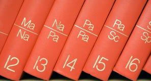 Enciclopedia en un estante (visión cercana) Foto de archivo libre de regalías