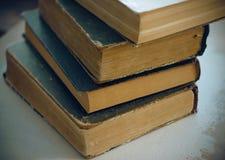 Enciclopedias del vintage de la pila en la cubierta oscura fotografía de archivo
