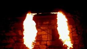 Encienda al bailarín que juega con el fuego en la oscuridad almacen de metraje de vídeo