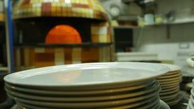 Encienda el burning en el horno auténtico para cocer la pizza italiana, cocina tradicional almacen de video