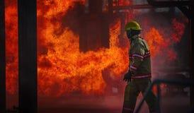 Encienda el entrenamiento de la escuela con el fuego y el bombero vivos Imagen de archivo