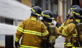 Encienda el entrenamiento de la escuela con el fuego y el bombero vivos Fotos de archivo libres de regalías