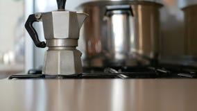 Encienda el fuego para el fabricante de café almacen de metraje de vídeo