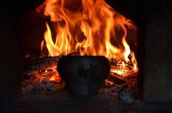 Encienda el hogar del horno ruso y del pote viejo del arrabio fotografía de archivo
