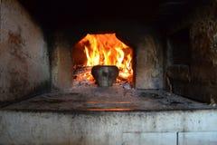 Encienda el hogar del horno ruso y del pote viejo del arrabio fotos de archivo