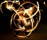 Encienda la demostración Funcionamiento de fuego asombroso en la noche Imagenes de archivo