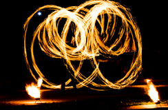 Encienda la demostración y muchas las chispas brillantes en la noche fotos de archivo libres de regalías