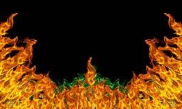 Encienda la llama con las chispas en un fondo negro imagenes de archivo