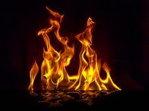 Encienda la llama con las chispas en un fondo negro foto de archivo libre de regalías