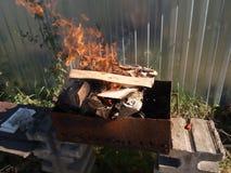 Encienda la parrilla, prepárela para cocinar kebab en los carbones Fotos de archivo libres de regalías