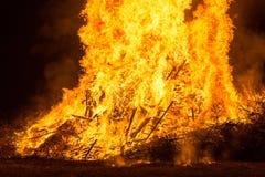 Encienda las llamas con las chispas y la ascua en fondo negro fotos de archivo libres de regalías