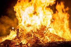 Encienda las llamas con las chispas y la ascua en fondo negro imagen de archivo libre de regalías