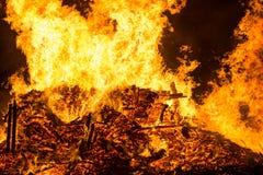 Encienda las llamas con las chispas y la ascua en fondo negro imagen de archivo