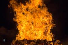Encienda las llamas con las chispas y la ascua en fondo negro foto de archivo libre de regalías