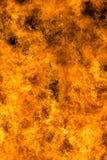 Encienda las llamas con las chispas y la ascua en fondo negro imagenes de archivo