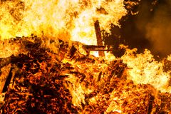 Encienda las llamas con las chispas y la ascua en fondo negro fotografía de archivo libre de regalías