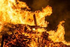 Encienda las llamas con las chispas y la ascua en fondo negro fotografía de archivo