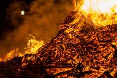 Encienda las llamas con las chispas y la ascua en fondo negro imágenes de archivo libres de regalías
