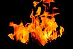 Encienda las llamas de la parrilla en la oscuridad foto de archivo