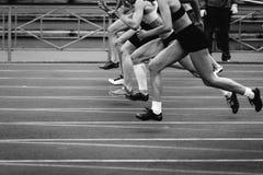 Encienda los corredores de los esprinteres de las mujeres del grupo Imagen de archivo