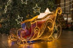 Encienda para arriba el trineo de Papá Noel con el árbol de navidad suave del foco Foto de archivo libre de regalías