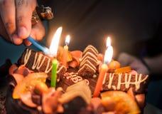 Encienda para arriba la torta de cumpleaños Fotos de archivo libres de regalías