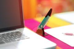 Encierre el cojín azul del ratón y del soporte y del cuaderno eléctrico fotos de archivo
