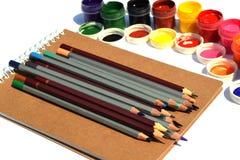 Encils, peinture et papier de Ð sur un fond blanc photos stock