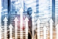 Encima de gráfico de la flecha en fondo del rascacielos Invesment y concepto financiero del crecimiento imagenes de archivo