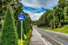 Encima de señal de tráfico de la colina Foto de archivo libre de regalías
