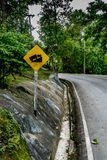 Encima de señal de tráfico de la colina Fotografía de archivo