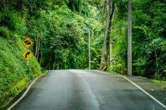 Encima de señal de tráfico de la colina Fotos de archivo