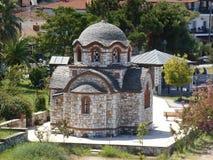 Encima de vista a la iglesia de Agios Nikolaos y de Agia Anastasia en el puerto pesquero de Olympiada, Halkidiki fotos de archivo