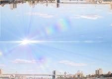 encima del lado de ciudad abajo con la luz en el medio del cielo Fotografía de archivo