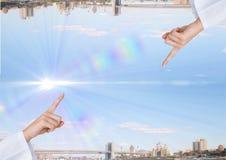 encima del lado de ciudad abajo con la luz en el medio del cielo digitación de la mano Fotografía de archivo