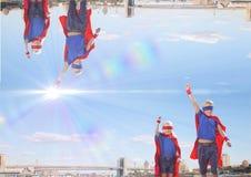 encima del lado de ciudad abajo con la luz en el medio del cielo niños del superhéroe Fotos de archivo libres de regalías