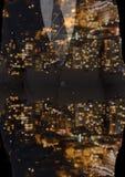 encima del lado de ciudad abajo en la noche en un traje Imágenes de archivo libres de regalías